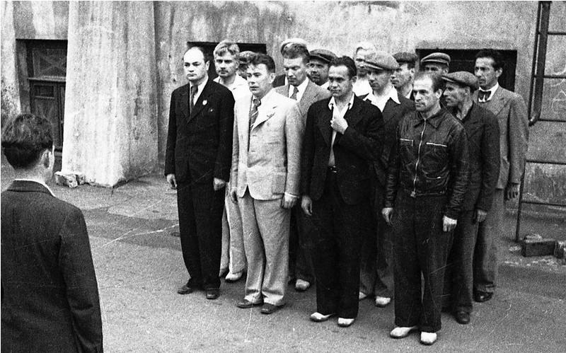Лето 1941 года. Москва. Военные занятия артистов во дворе Московского художественного театра
