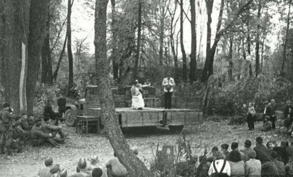 Выступление фронтовой театральной бригады МХАТ перед солдатами.