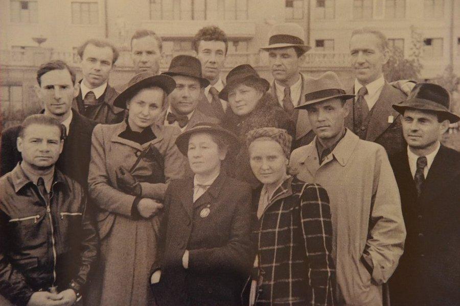 Театрально-фронтовая бригада мхатовцев перед отъездом из Свердовска на фронт