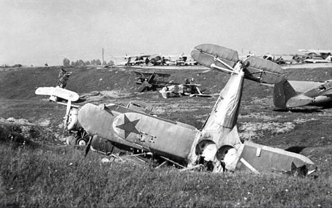 Подбитые советские самолеты в районе минского аэродрома. 1941 г.