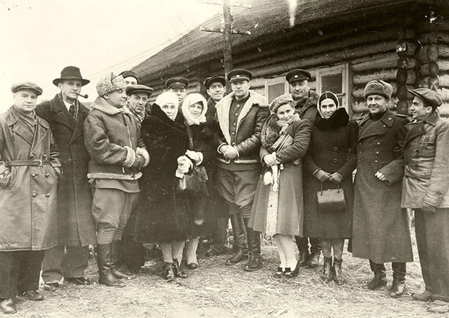 1942 г. Актеры МХАТа на военных гастролях